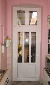 Két függőleges osztásos ajtó alul satdur+kétszárnyas felülvilágító
