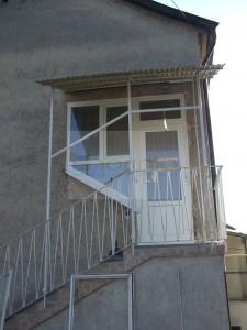 Félig üveges ajtó,alul stadur+felülvilágító+szerkezet oldalt