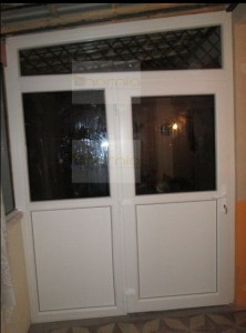 Kétszárnyas félig üveges ajtó,alul staduros+alakos felülvilágító